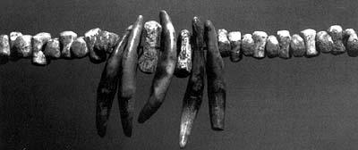Первобытное украшение из костей и камешков